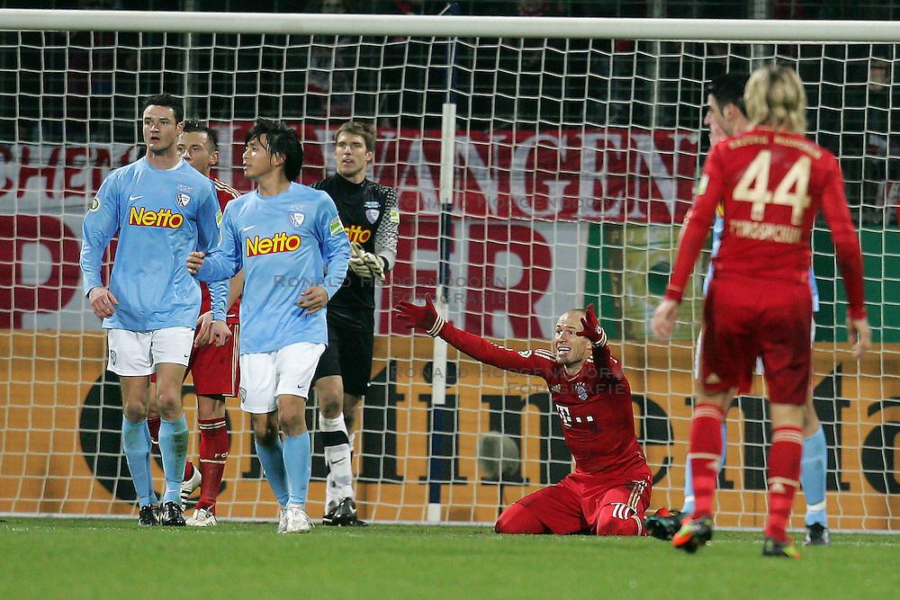 20-12-2011 VOETBAL: DFB POKAL VFL BOCHUM - FC BAYERN MUNCHEN: BOCHUM<br /> Achtste finale beker / Arjen Robben wil een penalty<br /> ***NETHERLANDS ONLY***<br /> ©2011-FRH- NPH/Mueller
