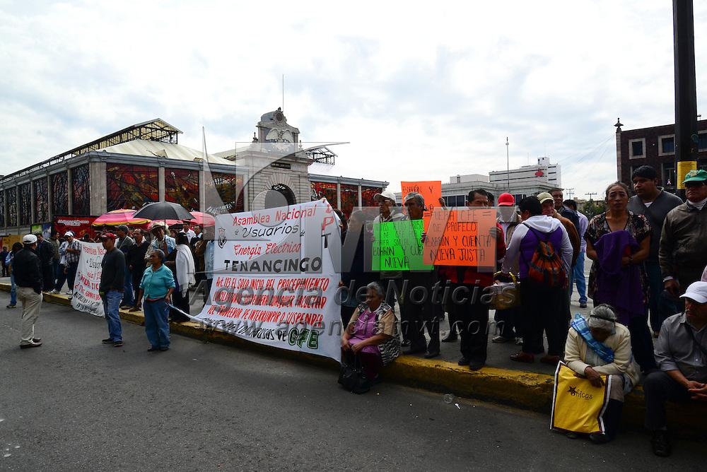 Toluca, Méx.- Integrantes de la Asamblea Nacional de usuarios de Energía Eléctrica, se manifestaron frente a la delegación de PROFECO en el Valle de  Toluca, exigiendo que se deje de proteger a CFE por los cobros excesivos que realiza esta empresa a los usuarios. Agencia MVT / Crisanta Espinosa