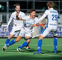 AMSTELVEEN - Sander de Wijn (m) heeft de stand op 2-4 gebracht en viert het met Lars Balk (Kampong) en Derck de Vilder (Kampong),  tijdens de hoofdklasse hockeywedstrijd mannen, Pinoke-Kampong (2-5) . COPYRIGHT KOEN SUYK