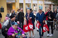 Berlin, 24.09.2021: Franziska Giffey, Kandidatin der SPD für das Amt der Regierenden Bürgermeisterin von Berlin, und Raed Saleh, Berliner SPD-Fraktionschef, verteilen SPD-Beutel beim Straßenwahlkampf in der Spandauer Fußgängerzone.