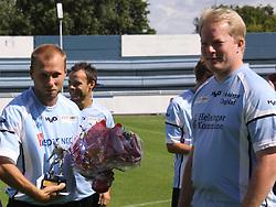 FODBOLD: Michael Gorm Nielsen (Helsingør) blev kåret til Årets Fighter af fanklubben og fik blomster af Mogens Olufsen før kampen i Danmarksserien, pulje 1, mellem Elite 3000 Helsingør og HB Køge den 16. august 2009 på Helsingør Stadion. Foto: Claus Birch