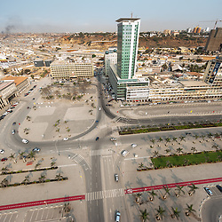 Vista aérea da cidade Luanda, capital de Angola. Praça 17 de Setembro, Largo 4 de Fevereiro. A capitania do Porto de Luanda, hotel Presidente e o Ministério do Comércio