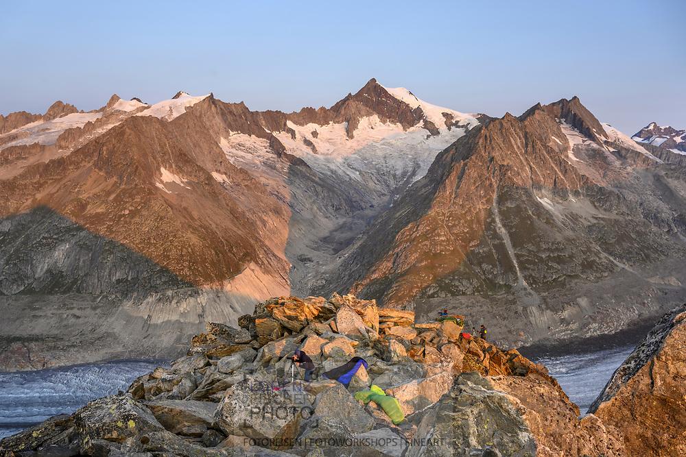 Biwak über dem Grossen Aletschgletscher mit Blick zum Aletschhorn, Fiesch, Wallis, Schweiz<br /> <br /> Bivouac above the Great Aletsch Glacier with a view of the Aletschhorn, Fiesch, Valais, Switzerland