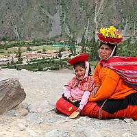 Americas, South America, Peru, Ollanta. Peruvian woman and daughter at Ollantaytambo.