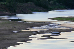 Um bote preso no leito do rio Camaquã em função da Seca. FOTO: Jefferson Bernardes/Preview.com