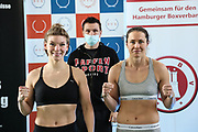 Boxen: Giants Professional Boxing, Session 3, Waage, Hamburg, 16.04.2021<br /> Nina Meinke (GER, l.) - Tereza Dvorakova (CZE)<br /> © Torsten Helmke
