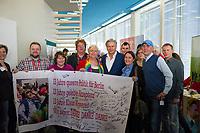 DEU, Deutschland, Germany, Berlin, 08.11.2014: <br /> Landesparteitag der Berliner SPD im bcc. QueerSozis (Schwusos) bedanken sich bei Klaus Wowereit (M), Regierender Bürgermeister von Berlin, für seinen Einsatz in der Politik.