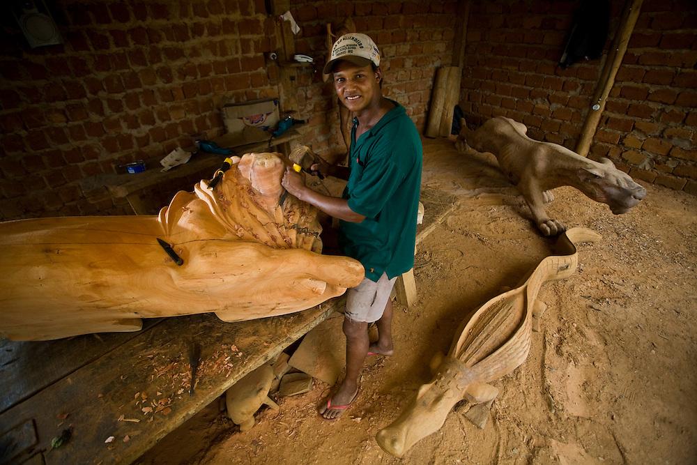 Prados_MG, Brasil..Artesanato em madeira em Padras, Minas Gerais...Wooden handicrafts in Prados, Minas Gerais...Foto: JOAO MARCOS ROSA / NITRO