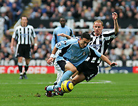 Photo. Andrew Unwin Digitalsport<br /> Newcastle United v Fulham, Barclays Premiership, St James' Park, Newcastle upon Tyne 07/11/2004.<br /> Newcastle's Nicky Butt (R) closes in on Fulham's Steed Malbranque (L).