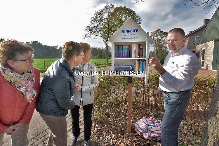 Nederland, Hernen, 4-11-2017Peter van Asten opent een mini bibliotheek naast zijn huis. De eerste belangstellenden ( de dames links) willen er meteen gebruik van maken.Foto: Flip Franssen