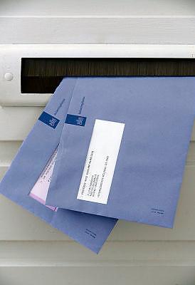Nederland, Ubbergen, 18-10-2013Enveloppen van de belastingdienst in de brievenbus van een particulier.Foto: Flip Franssen/Hollandse Hoogte