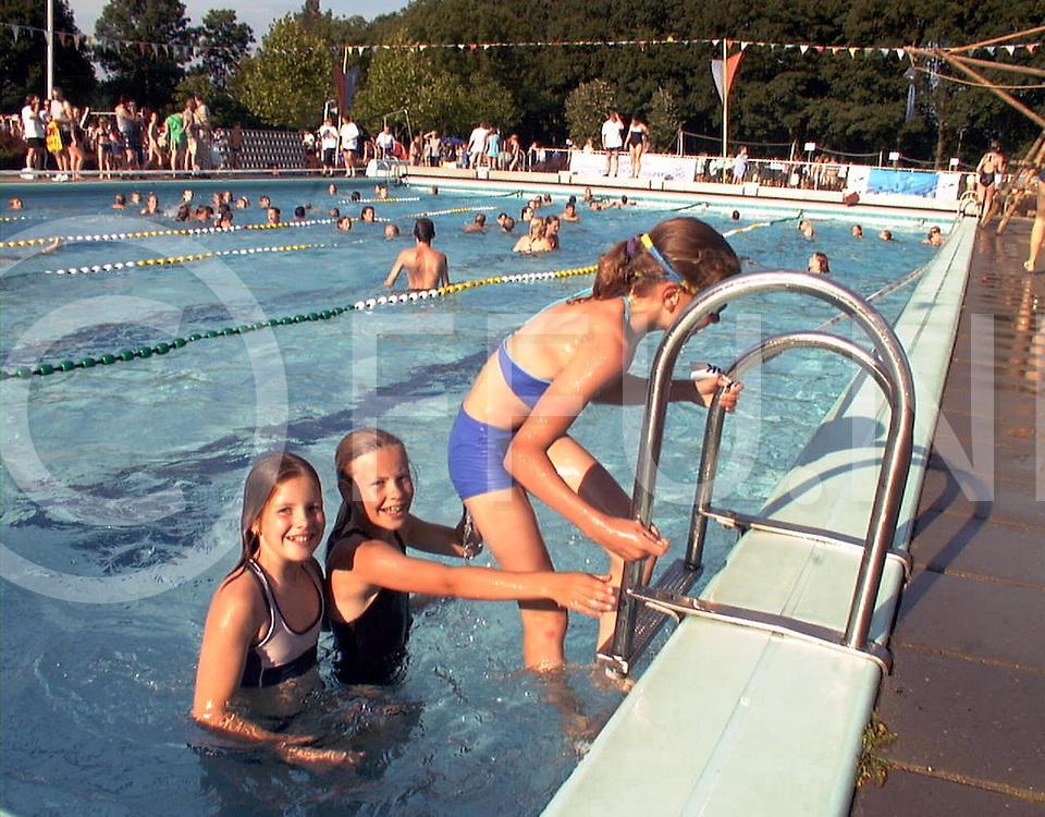 fotografie frank uijlenbroek©2001 michiel van de velde.010625 heino ned.start zwemvierdaagse in het zwembad van heino .de andere activiteiten begonnen veel later dus daar heb ik geen foto van