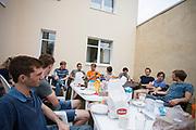 Het team ontbijt op zaterdag. Het Human Power Team Delft en Amsterdam (HPT), dat bestaat uit studenten van de TU Delft en de VU Amsterdam, is in Senftenberg voor een poging het laagland sprintrecord te verbreken op de Dekrabaan. In september wil het Human Power Team Delft en Amsterdam, dat bestaat uit studenten van de TU Delft en de VU Amsterdam, tijdens de World Human Powered Speed Challenge in Nevada een poging doen het wereldrecord snelfietsen voor vrouwen te verbreken met de VeloX 7, een gestroomlijnde ligfiets. Het record is met 121,44 km/h sinds 2009 in handen van de Francaise Barbara Buatois. De Canadees Todd Reichert is de snelste man met 144,17 km/h sinds 2016.<br /> <br /> The Human Power Team is in Senftenberg, Germany to race at the Dekra track as a preparation for the races in America. With the VeloX 7, a special recumbent bike, the Human Power Team Delft and Amsterdam, consisting of students of the TU Delft and the VU Amsterdam, also wants to set a new woman's world record cycling in September at the World Human Powered Speed Challenge in Nevada. The current speed record is 121,44 km/h, set in 2009 by Barbara Buatois. The fastest man is Todd Reichert with 144,17 km/h.