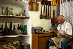 Laboratorio in cui l'artigiano lavora il legno di ulivo per ottenere utensili da cucina.