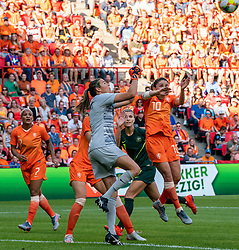 01-06-2019 NED: Netherlands - Australia, Eindhoven<br /> <br /> Friendly match in Philips stadion Eindhoven. Netherlands win 3-0 / goalkeeper Lydia Williams #1 of Australia, Danielle van de Donk #10 of The Netherlands