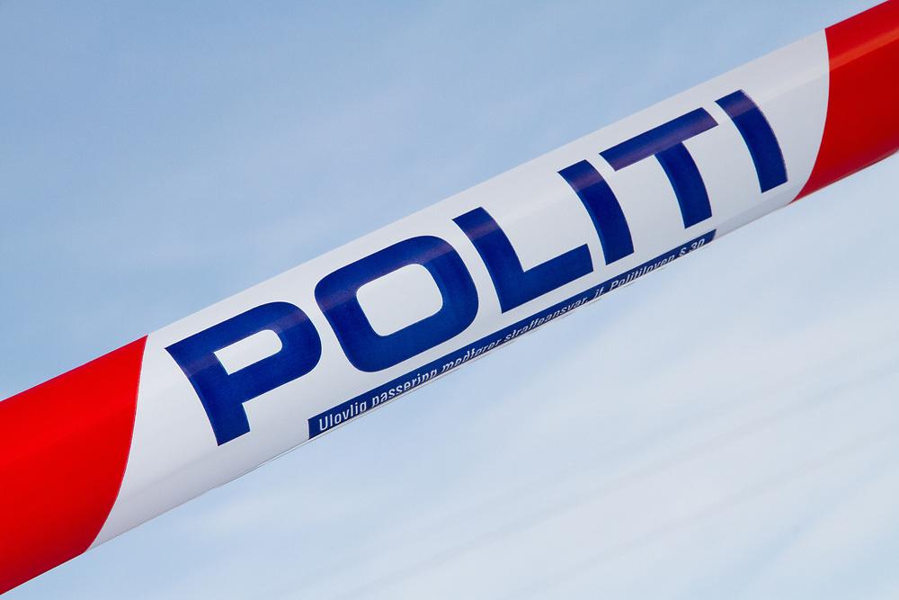 Politisperrebånd mot blå himmel. Bilde fra nasjonal beredskapsøvelse «Tyr» på Bjørnfjell stasjon i Narvik kommune.