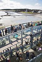 VLIELAND - Passagiers gaan van boord  van de Vlieland Veerboot  van Rederij Doeksen . Op de achtergrond Vlieland dorp. COPYRIGHT KOEN SUYK