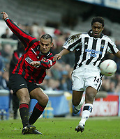 Fotball<br /> FA Cup England<br /> Tredje runde<br /> 09.01.2005<br /> Foto: SBI/Digitalsport<br /> NORWAY ONLY<br /> <br /> Yeading FC v Newcastle<br /> <br /> Yeading's Nevin Saroya gets his cross in despite the efforts of Charles Nzogbia