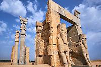 Iran, province du Fars, Persepolis, classé Patrimoine Mondial de l' UNESCO, la Porte de Xerxès ou Porte des Nations par laquelle entraient les délégations, taureaux ailés à tête humaine // Iran, Fars Province, Persepolis, Achaemenid archeological site, Propylon, Gate of all Nations, World heritage of the UNESCO