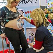 De Negenmaandenbeurs in de RAI te Amsterdam is voor alles wat met ouderschap en zwanger zijn te maken heeft. Aanstaande en jonge ouders kunnen zich tijdens de negenmaandenbeurs 2013 volop laten inspireren. In de rij staan voor een echo of een gratis belly paint laten zetten.