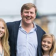NLD/Warmond//20170707 - Koninklijke fotoshoot zomer 2017, Koning Willem Alexander  met dochter prinses Amalia en Ariane