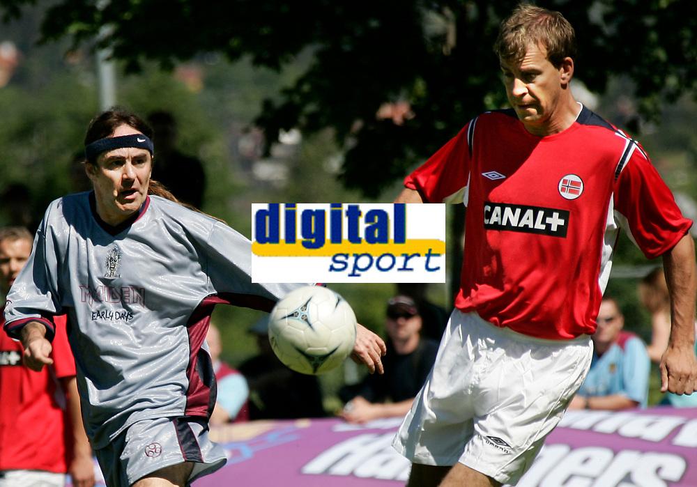 FOTBALL 29. juni 2005 Vallhall Oslo NORGE - IRON MAIDEN<br /> Tore Pedersen Norge / tidligere FFK og Steven Harris Iron Maiden<br /> FOTO KURT PEDERSEN