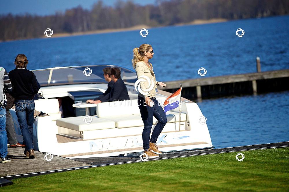 LOOSDRECHT - Perspresentatie Toppers in Concert.  Met op de foto Dany van der Boom-de Wit die een foto maakt met haar mobiel van haar man op het jacht. FOTO LEVIN DEN BOER - PERSFOTO.NU