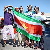 Nederland, Amsterdam , 25 mei 2010.Nederlandse Surinamers met surinaamse vlag vanmorgen op de markt bij Kraaienest amsterdam Zuid Oost..Foto:Jean-Pierre Jans