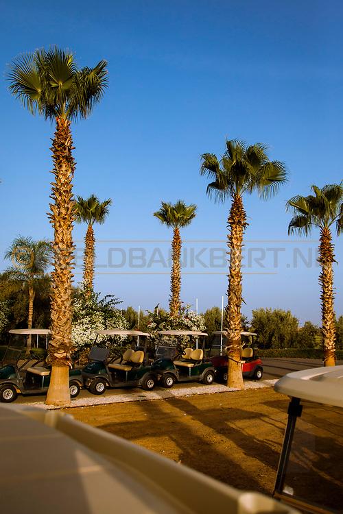 06-10-2015 -  Foto van Buggies en palmen bij SamanaH Country Club in Marrakech, Marokko. De 18 holes van de Samanah Country Club zijn ontworpen door Nicklaus Design en het resort heeft een David Leadbetter Golf Academy.