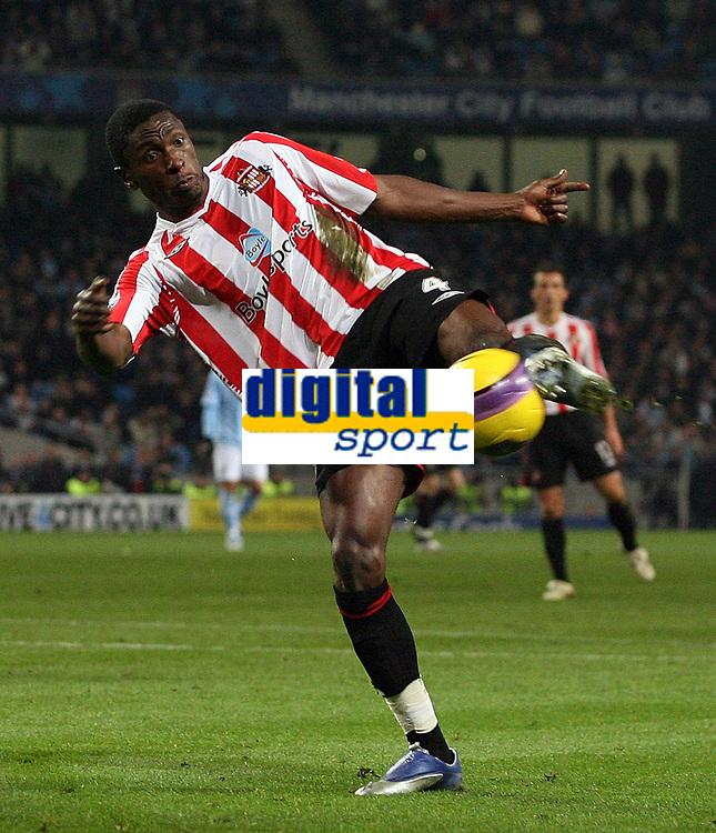 Photo: Paul Thomas/Sportsbeat Images.<br /> Manchester City v Sunderland. The FA Barclays Premiership. 05/11/2007.<br /> <br /> Sunderland's Dickson Etuhu shoots at goal.