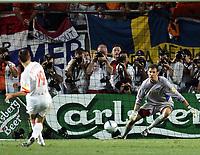 Fotball, 26. juni 2004, EM, Euro 2004, Sverige- Nederland, Der Hollaender Arjen Robben schiesst den Entscheidenden Penalty gegen Schwedens Andreas Isaksson