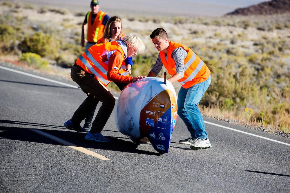Lieske Yntema in de VeloX V. Het Human Power Team Delft en Amsterdam (HPT), dat bestaat uit studenten van de TU Delft en de VU Amsterdam, is in Amerika om te proberen het record snelfietsen te verbreken. Momenteel zijn zij recordhouder, in 2013 reed Sebastiaan Bowier 133,78 km/h in de VeloX3. In Battle Mountain (Nevada) wordt ieder jaar de World Human Powered Speed Challenge gehouden. Tijdens deze wedstrijd wordt geprobeerd zo hard mogelijk te fietsen op pure menskracht. Ze halen snelheden tot 133 km/h. De deelnemers bestaan zowel uit teams van universiteiten als uit hobbyisten. Met de gestroomlijnde fietsen willen ze laten zien wat mogelijk is met menskracht. De speciale ligfietsen kunnen gezien worden als de Formule 1 van het fietsen. De kennis die wordt opgedaan wordt ook gebruikt om duurzaam vervoer verder te ontwikkelen.<br /> <br /> The Human Power Team Delft and Amsterdam, a team by students of the TU Delft and the VU Amsterdam, is in America to set a new  world record speed cycling. I 2013 the team broke the record, Sebastiaan Bowier rode 133,78 km/h (83,13 mph) with the VeloX3. In Battle Mountain (Nevada) each year the World Human Powered Speed Challenge is held. During this race they try to ride on pure manpower as hard as possible. Speeds up to 133 km/h are reached. The participants consist of both teams from universities and from hobbyists. With the sleek bikes they want to show what is possible with human power. The special recumbent bicycles can be seen as the Formula 1 of the bicycle. The knowledge gained is also used to develop sustainable transport.