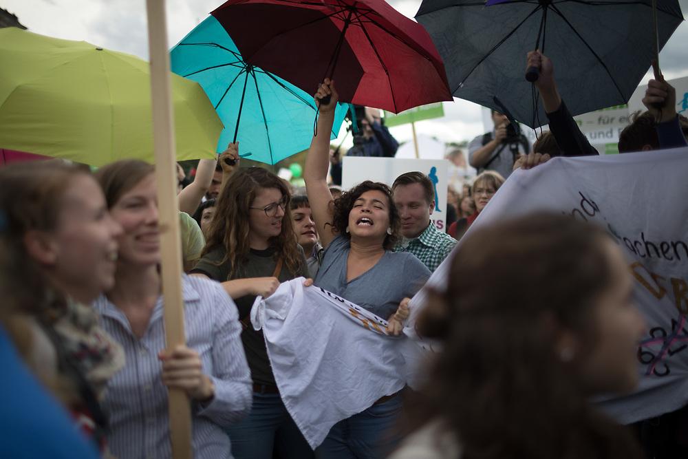 """Protest gegen Marsch für das Leben: Mehrere tausend fundamentalistische christliche Abtreibungsgegner protestieren mit einem """"Marsch für das Leben"""" gegen Abtreibungen durch Berlin Mitte. Die Teilnehmer tragen  weiße Kreuze, die symbolisch für die jährlich in Deutschland abgetriebenen Kinder stehen sollen. An die 1000 Gegendemonstranten begleiten den Demozug. <br /> <br /> [© Christian Mang - Veroeffentlichung nur gg. Honorar (zzgl. MwSt.), Urhebervermerk und Beleg. Nur für redaktionelle Nutzung - Publication only with licence fee payment, copyright notice and voucher copy. For editorial use only - No model release. No property release. Kontakt: mail@christianmang.com.]"""