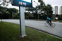 June 21, 2017 - O inverno começou na madrugada desta quarta-feira (21) e segundo meteorologistas, a  temperatura máxima será de 19º C.  Na região da Cidade Universitária, zona oeste da capital, relógios registram 13º de temperatura nesta manhã. Na foto ciclistas treinam no primeiro dia do inverno. (Credit Image: © Aloisio Mauricio/Fotoarena via ZUMA Press)