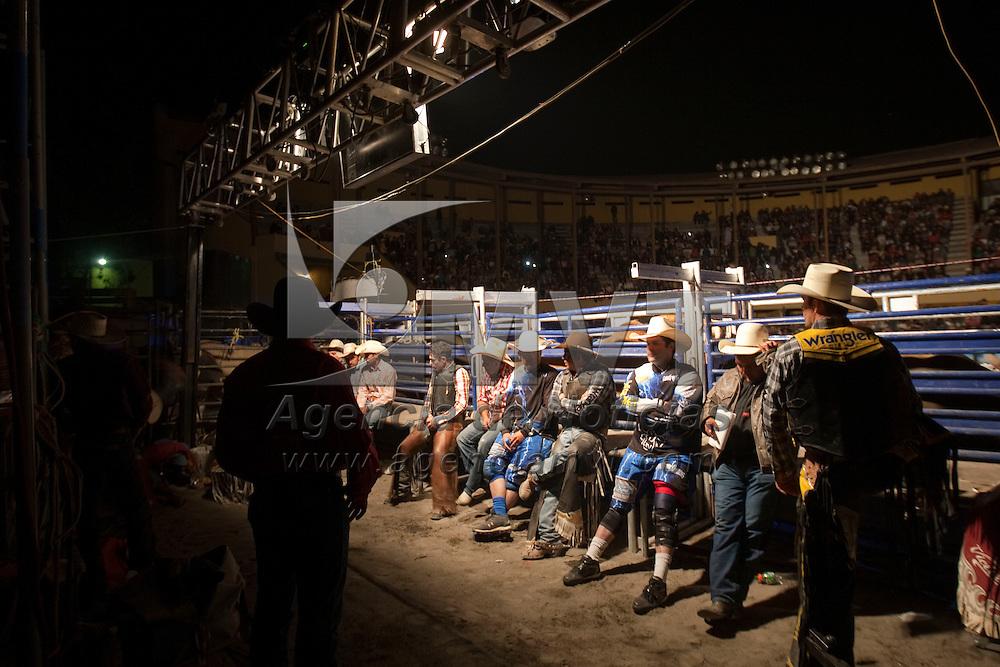 Toluca, Méx.- Jinetes de Mexico, EU y Brasil participaron en la fecha competitiva del rodeo americano Cuernos Chuecos en la plaza de toros de esta ciudad. Agencia MVT / Mario Vazquez de la Torre. (DIGITAL)