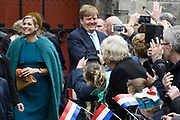 Koning Willem-Alexander en koningin Maxima brengen een streekbezoek aan Almelo en Noordoost Twente. Tijdens het bezoek staat het thema erfenis als toekomstkapitaal centraal. <br /> <br /> King Willem-Alexander and Queen Maxima bring a regional visit to Almelo and Northeast Twente. During the visit, the theme heritage as future capital center.<br /> <br /> op de foto / On the photo:  Aankomst op het Sint Plechelmusplein in Oldenzaal