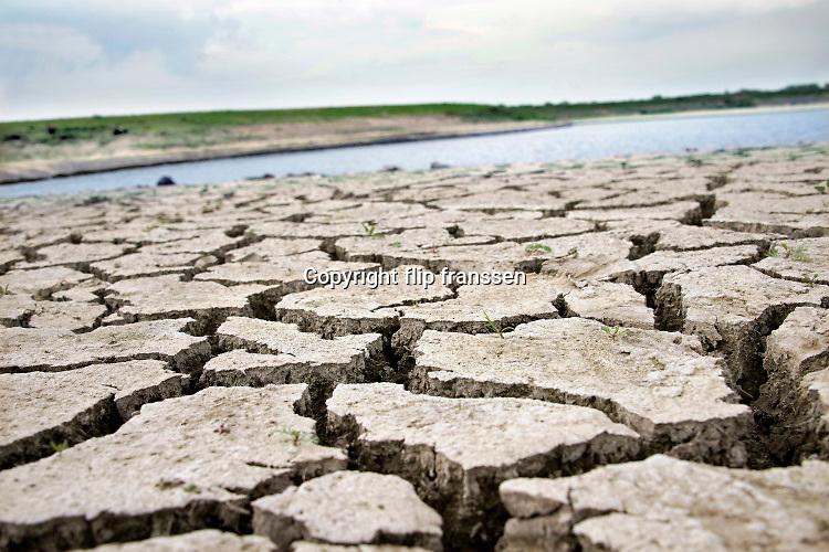 Nederland, Nijmegen, 13-5-2020  Uitgedroogde grond bij een poel, waterpoel .Foto: Flip Franssen