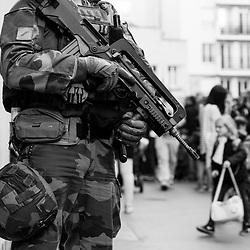 lundi 17 octobre 2016, 16h38, Paris XX. La présence de militaires en armes n'a pas l'air de perturber les enfants qui continuent à chahuter à la sortie de l'école sans y prêter attention.