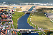 Nederland, Zuid-Holland, Katwijk, 28-04-2017; Uitwateringskanaal met spuisluizen, monding van de Oude Rijn. <br /> Drainage channel w sluices, mouth of river Old Rhine.<br /> <br /> luchtfoto (toeslag op standard tarieven);<br /> aerial photo (additional fee required);<br /> copyright foto/photo Siebe Swart
