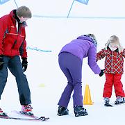 AUT/Lech/20080210 - Fotosessie Nederlandse Koninklijke familie in lech Oostenrijk, prinses Amalia krijgt haar eerste skiles