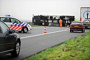 Nederland, Veghel, 28-4-2008Op de A50 kantelde een vrachtwagen doordat hij met de wielen in de berm reed. Hupldiensten waren snel ter plekke. Het verkeer kon er via de vluchtstrook langs. Gekantelde vrachtauto's zijn vaak oorzaak van files.Foto: Flip Franssen/Hollandse Hoogte