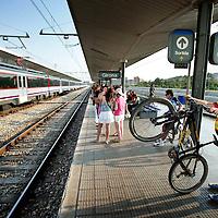 Spanje,Girona, 15 juni 2007..Treinreizigers en vakantiegangers stappen op het vernieuwde  Centraal Station in Girona op de trein naar Barcelona.