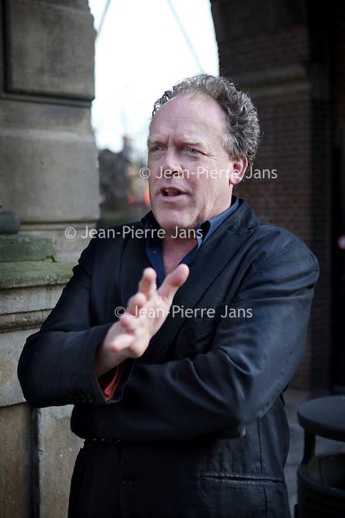 Nederland, Amsterdam , 20 maart 2012.. Cabaretier Bert Visser samen voor de Groninger Herepoort van het Rijksmuseum..Parkeerautomaat:  1,08.Benzine:                8,00..Foto:Jean-Pierre Jans