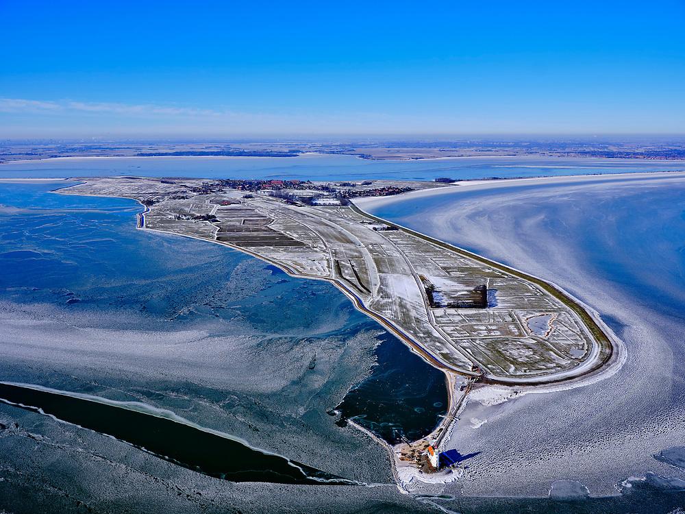 Nederland, Noord-Holland, Gemeente Waterland, 13-02-2021; Marken in de winter, het IJsselmeer (Markermeer) is deels bevroren. In de voorgrond vuurtoren Het Paard, in het verschiet de Gouwzee. Kenmerkend voor het winterse weer zijn de verschillende tinten blauw van het bevroren water.<br /> Marken in winter, the IJsselmeer (Markermeer) is partly frozen. In the foreground lighthouse Het Paard, in the distance the Gouwzee.<br /> <br /> luchtfoto (toeslag op standaard tarieven);<br /> aerial photo (additional fee required)<br /> copyright © 2021 foto/photo Siebe Swart