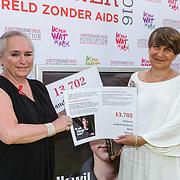 NLD/Amsterdam/20150604 - Amsterdam Diner 2016, Minister Lilianne Ploumen neemt een petitie in ontvangst