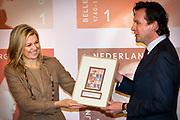 Prinses Maxima is aanwezig bij de  Bijzondere Collecties van de Universiteit van Amsterdam voor de tentoonstelling van 1001 Vrouwen. De prinses zal een postzegelvel van 1001 Vrouwen in ontvangst nemen. PostNL brengt het vel uit ter gelegenheid van de tentoonstelling 1001 Vrouwen en bevat tien postzegels met daarop portretten van opmerkelijke vrouwen uit de Nederlandse geschiedenis. <br /> <br /> Princess Maxima is available in the Special Collections of the University of Amsterdam for the exhibition of 1001 Women. The princess will stamp of 1001 Women receive. TNT brings the sheet on the occasion of the exhibition Women in 1001 and contains ten stamps showing portraits of notable women in Dutch history.<br /> <br /> Op de foto / On the photo:  Prinses Maxima ontvangt een postzegelvel van 1001 Vrouwen uit handen van Jan Bos van PostNL // Princess Maxima receives a stamp of 1001 Women from Jan Bos PostNL