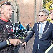 NLD/Amersfoort/20180929 - Bn-er fietsen de Zuiderzee Klassieker 2018, Gert Jacobs en Burgemeester van Amersfoort Lucas Bolsius en Steven Rooks