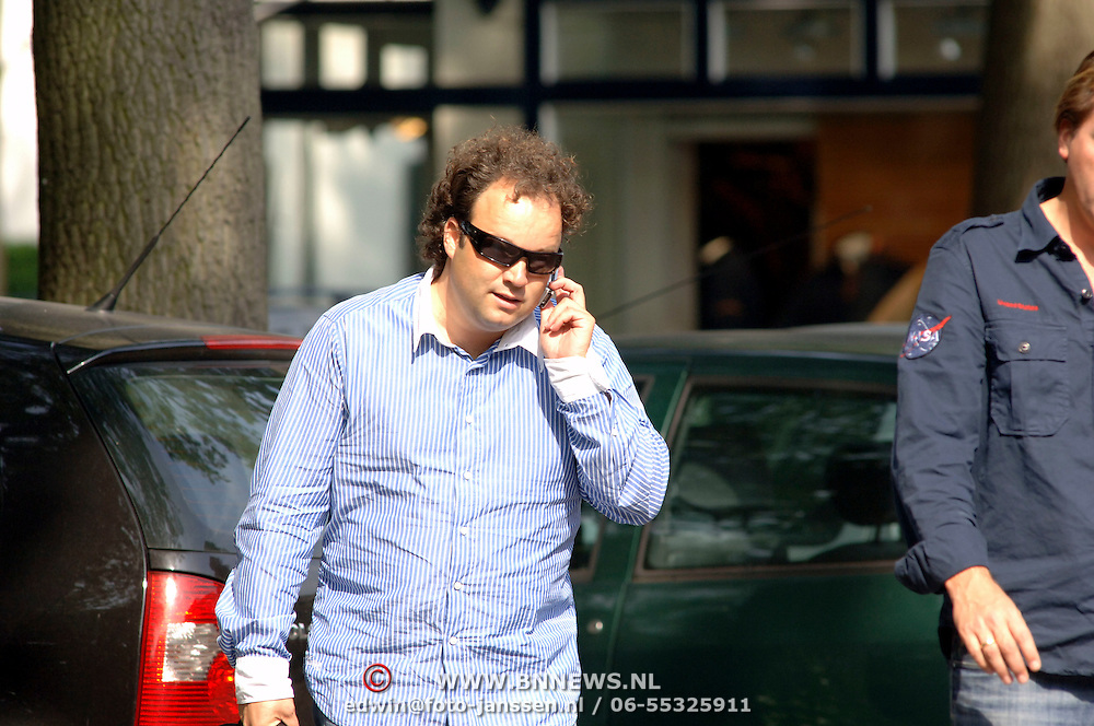 NLD/Laren/20060914 - Lodewijk Varossieau en Michel Mol telefonerend in Laren
