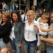 NLD/Amsterdam/20060606 - Vertrek Nederlands Elftal naar het WK 2006, Joyce Ooijer - van den Kerkhof, Gertrude Kuyt - van Vuren, Bernadien Robben - Eillert, Karin Cocu - Koch en zoon Delano