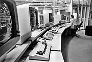 Nederland, Nijmegen, 15-10-1988 Serie over 24 uur KUN, katholieke universiteit Nijmegen en sinds 2004 Radboud universiteit, RU, RUN .Beelden mbt wetenschappelijk, universitair,onderwijs en onderzoek . Studenten en studentenleven . Foto van het UCI, het rekencentrum met daarin grote computer mainframes waar faculteiten backups en rekenkracht krijgen . Er wordt nog gewerkt met magneetbanden .Informatica, mainframe,datacenter,datacentrumFoto: Flip Franssen